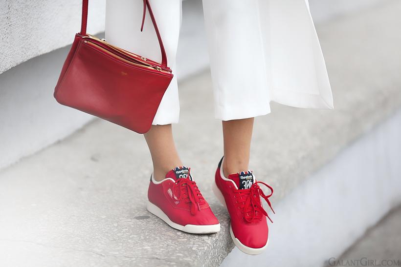 красные кроссовки Reebok и красная сумка Celine