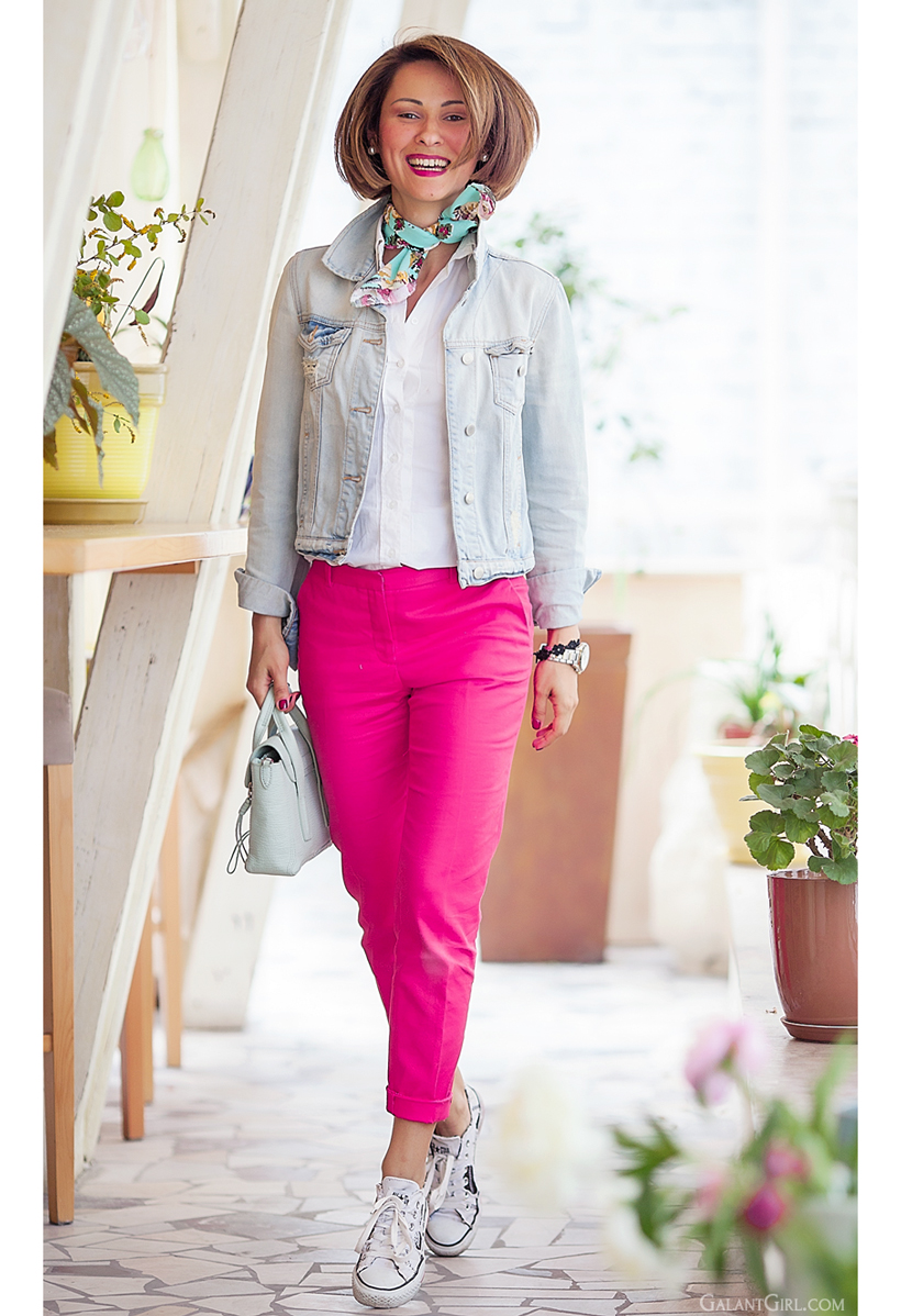 casual chic style with pink trousers and converse