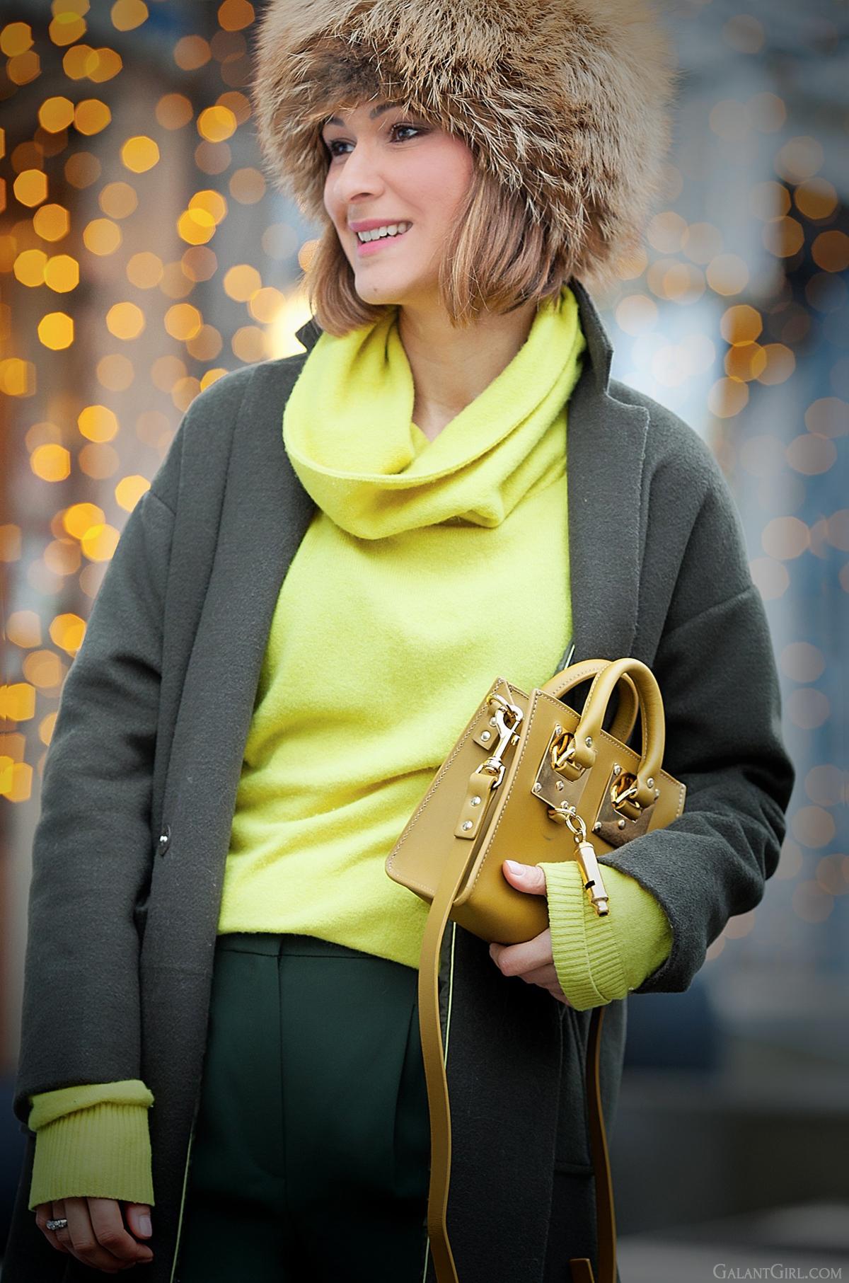 sophie hulme mini olive bag, sophie hulme olive bag, olive colors outfit, winter outfit, fox fur hat,