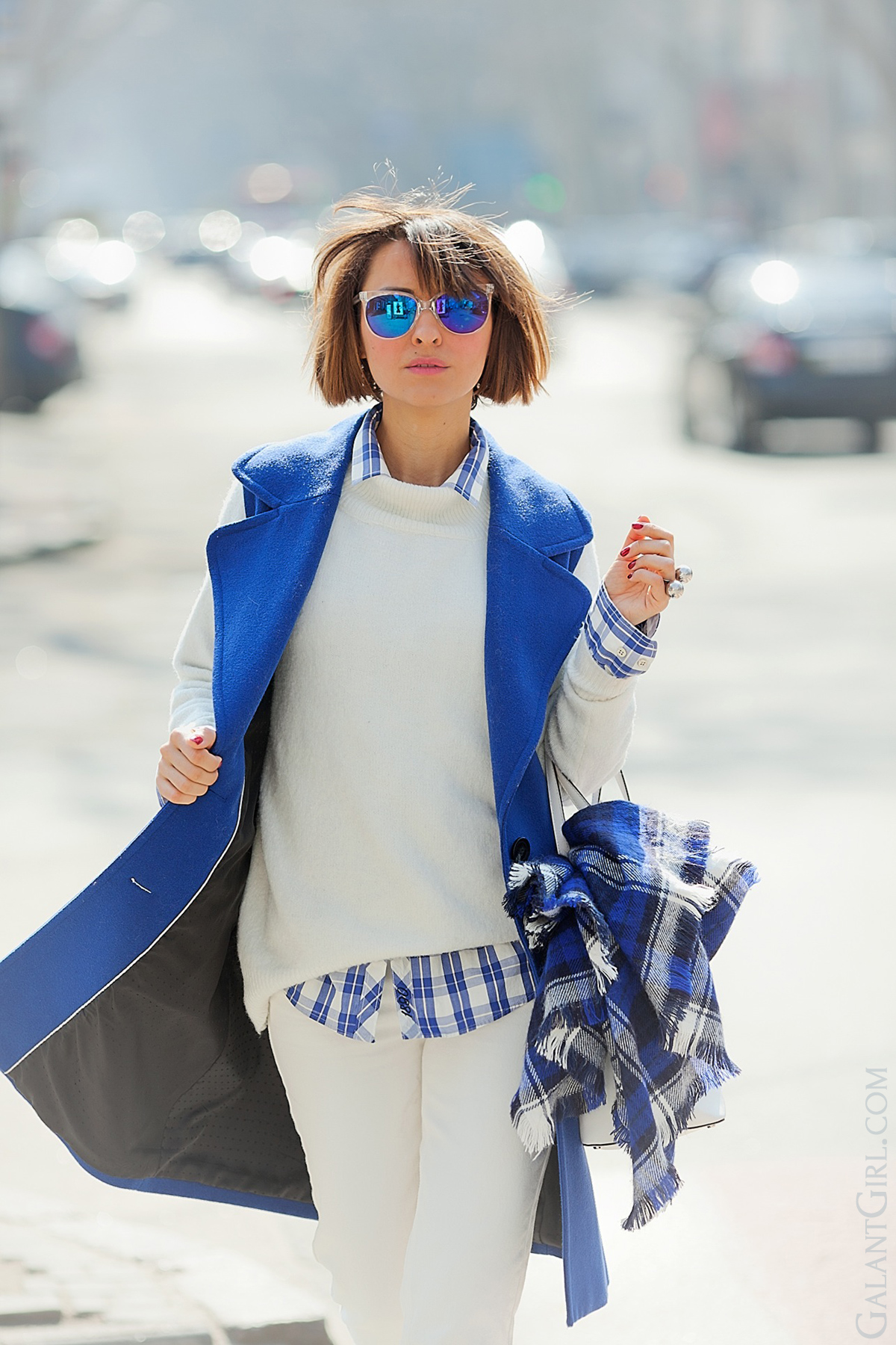 blue sleeveless coat outfit with white jeans on GalantGirl.com