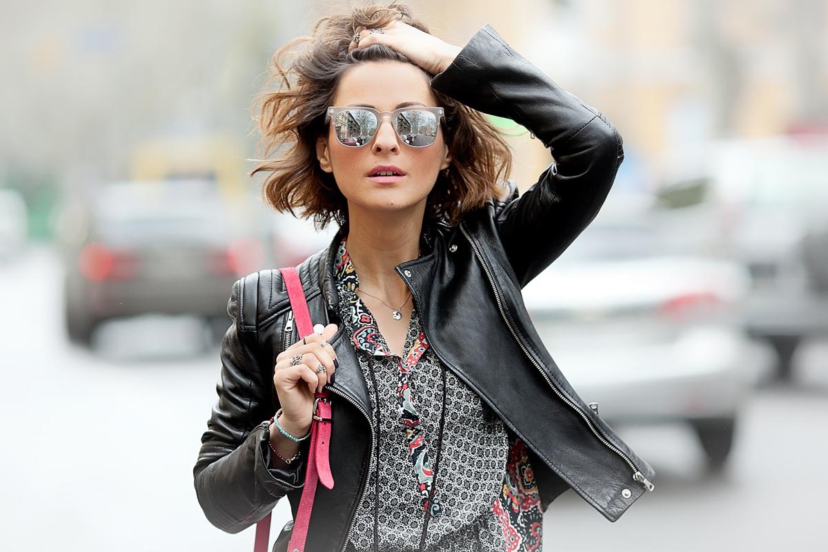galant girl in silver mirror sunglasses KOMONO