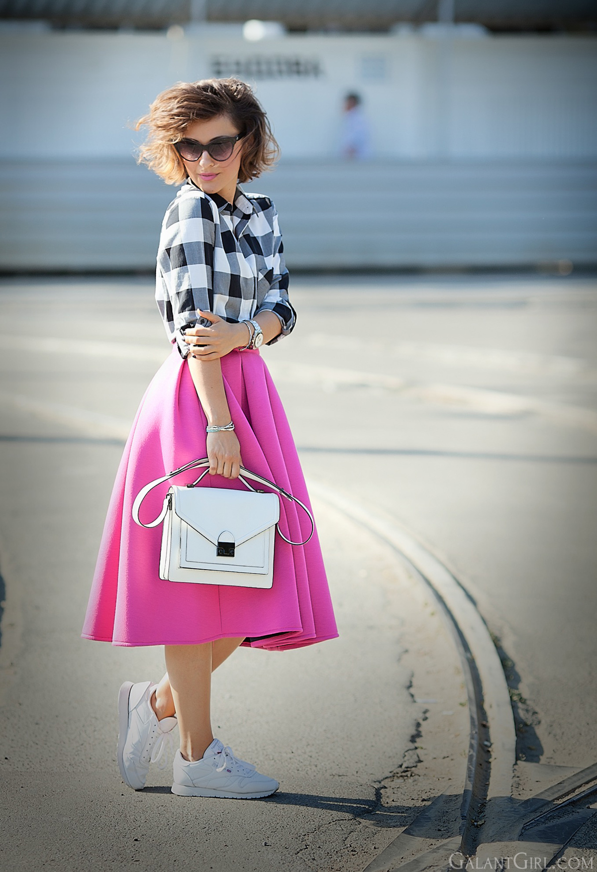 flared-skirt-chois-reebok-sneakers-outfit-galant-girl