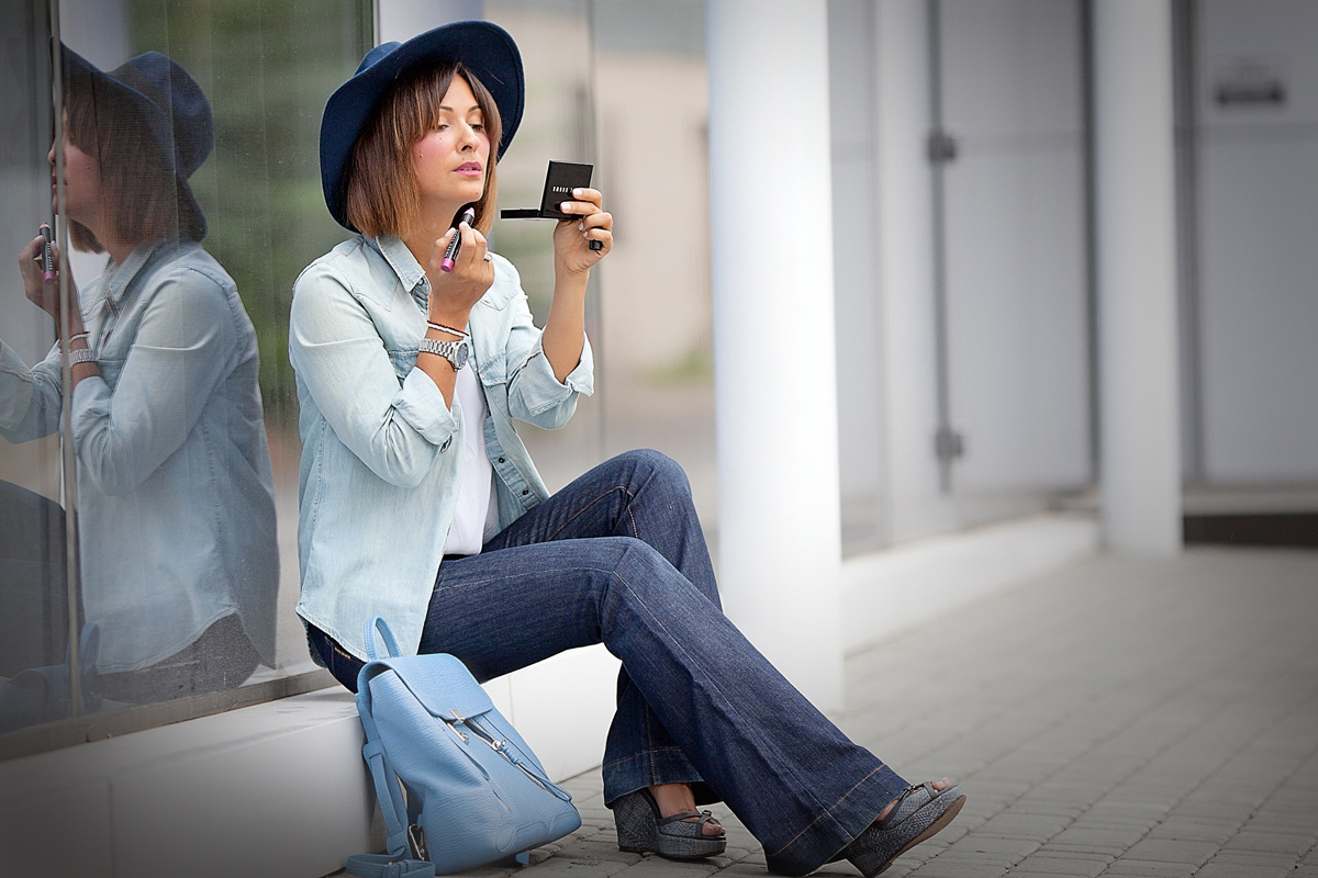 70s-style-outfit-with-flare-jeans-and-floppy-hat