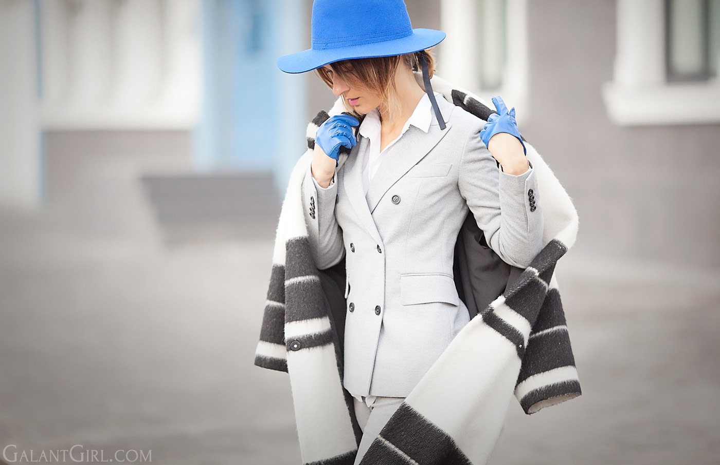 blue-felt-hat-and-grey-suit-fashion-blogger-galant-girl
