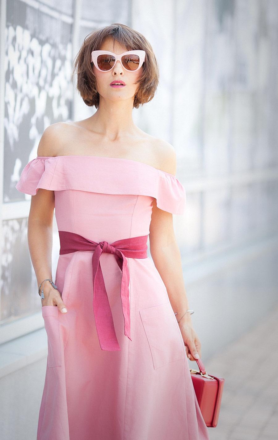 розовое платье с открытыми плечами, изображение стрит стайл, летние луки, лучшие летние аутфиты, розовое платье,