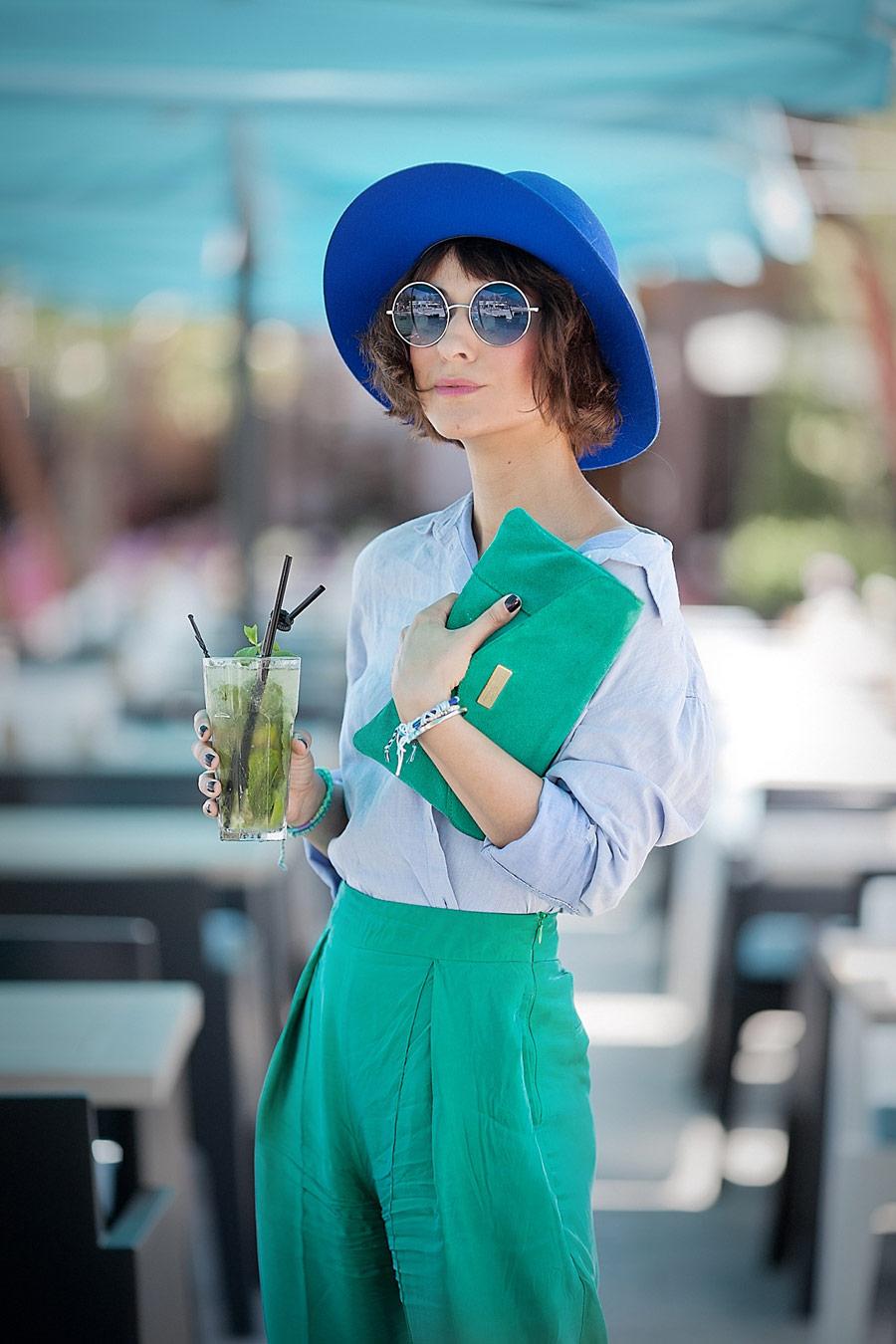 лучший летний лук, стиль колорблок, как одеться стильно и красиво, голубая рубашка, зеленый клатч, синяя шляпа, голубые очки,