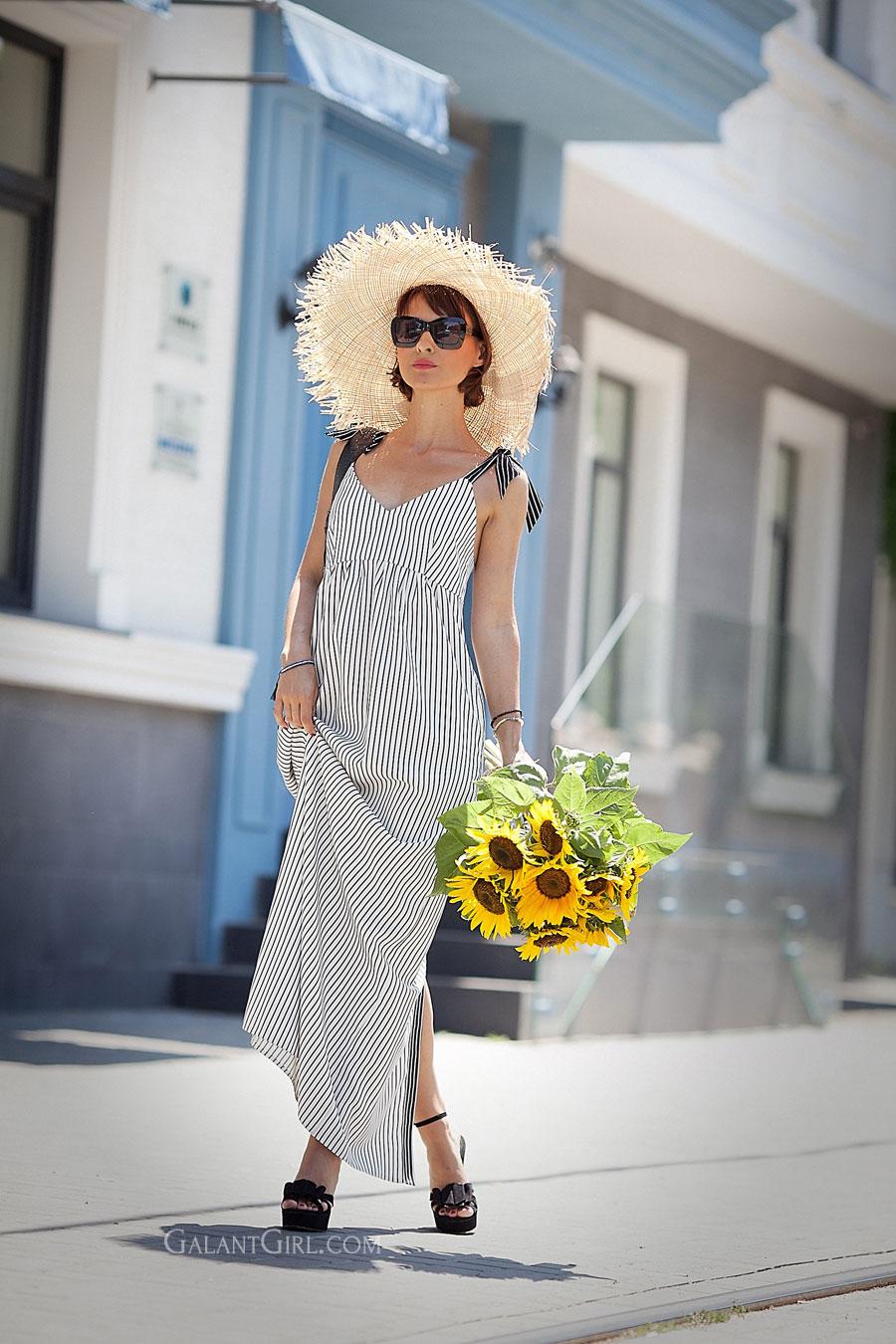 полосатый сарафан на лето, летние цветы подсолнухи, большая соломенная шляпа, летние шляпы,