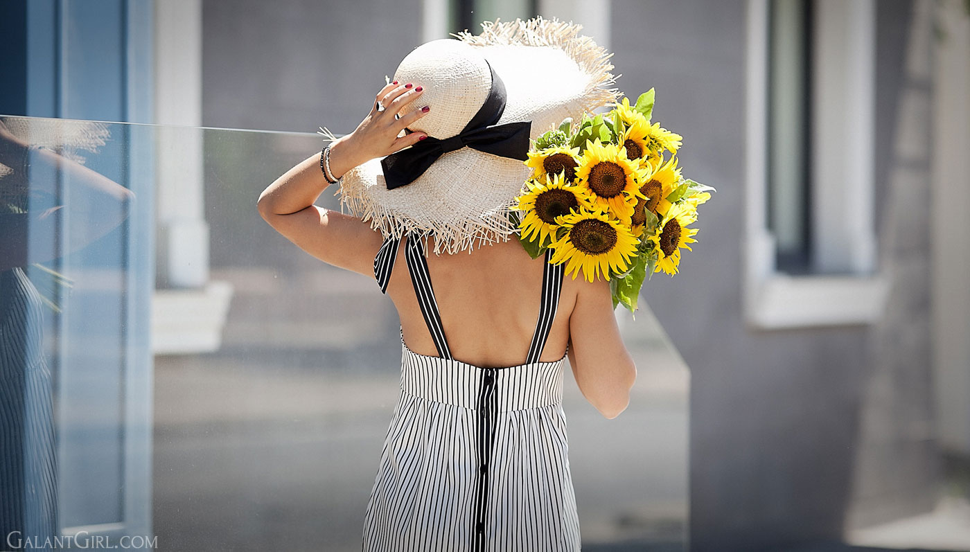 summer-outfit-ideas_striped-dress-for-summer_straw-hat