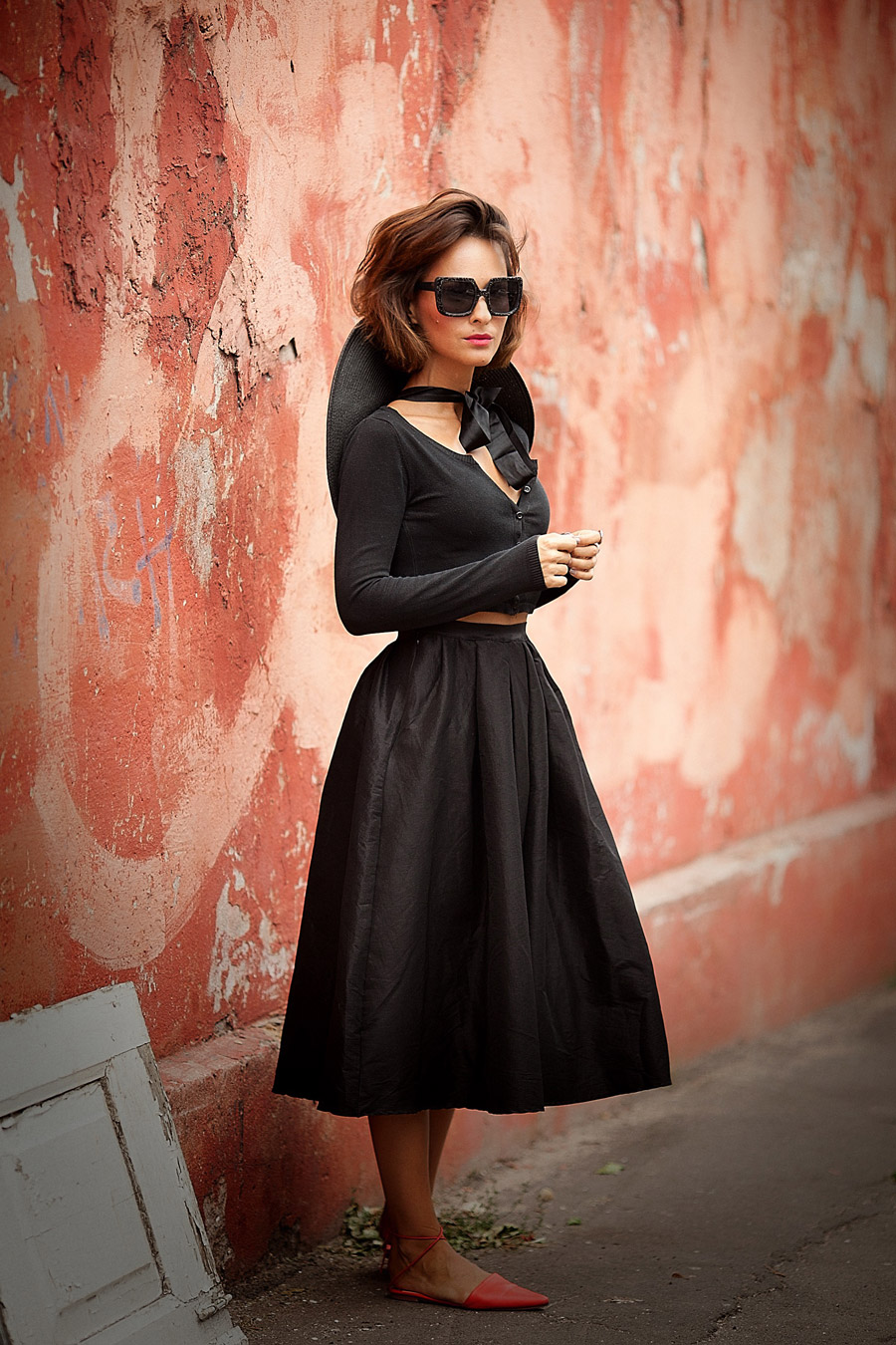 total black feminine outfit, black midi skirt, black midi skirt outfit,