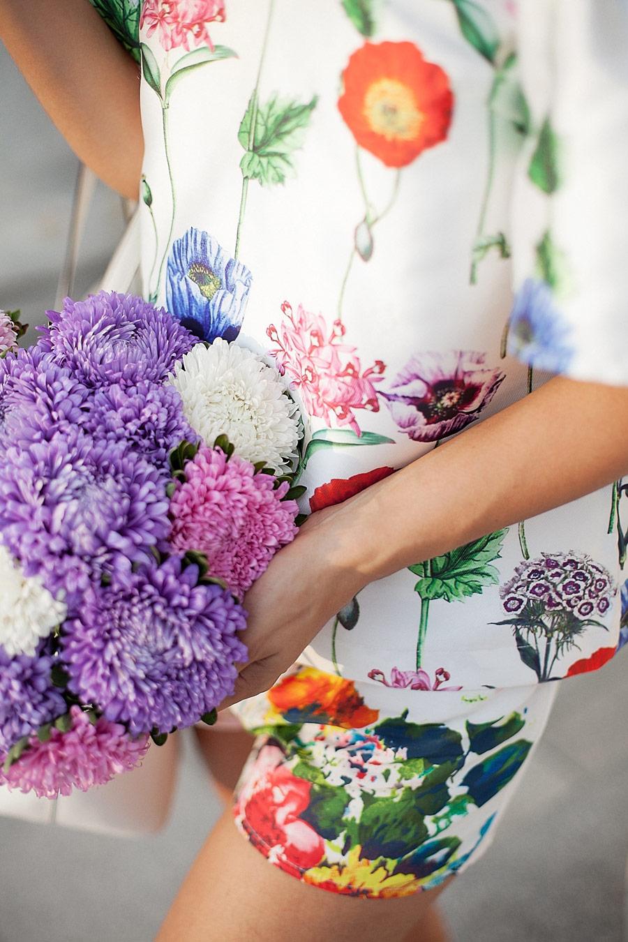 фото цветочный принт, цветы в сумке, что надеть летом,
