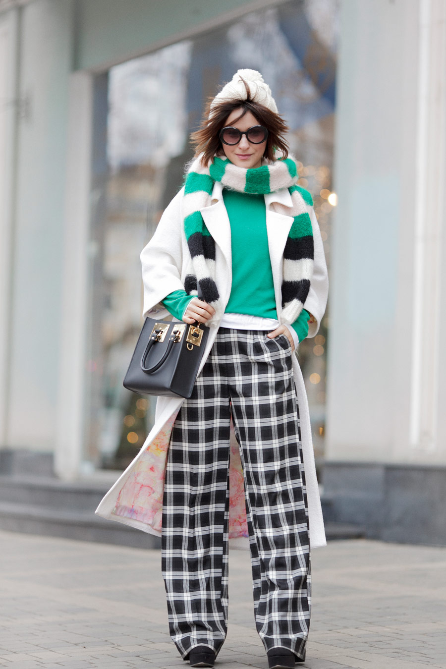 check_trousers_outfit-white_coat_outfit-striped_scarf_max_mara