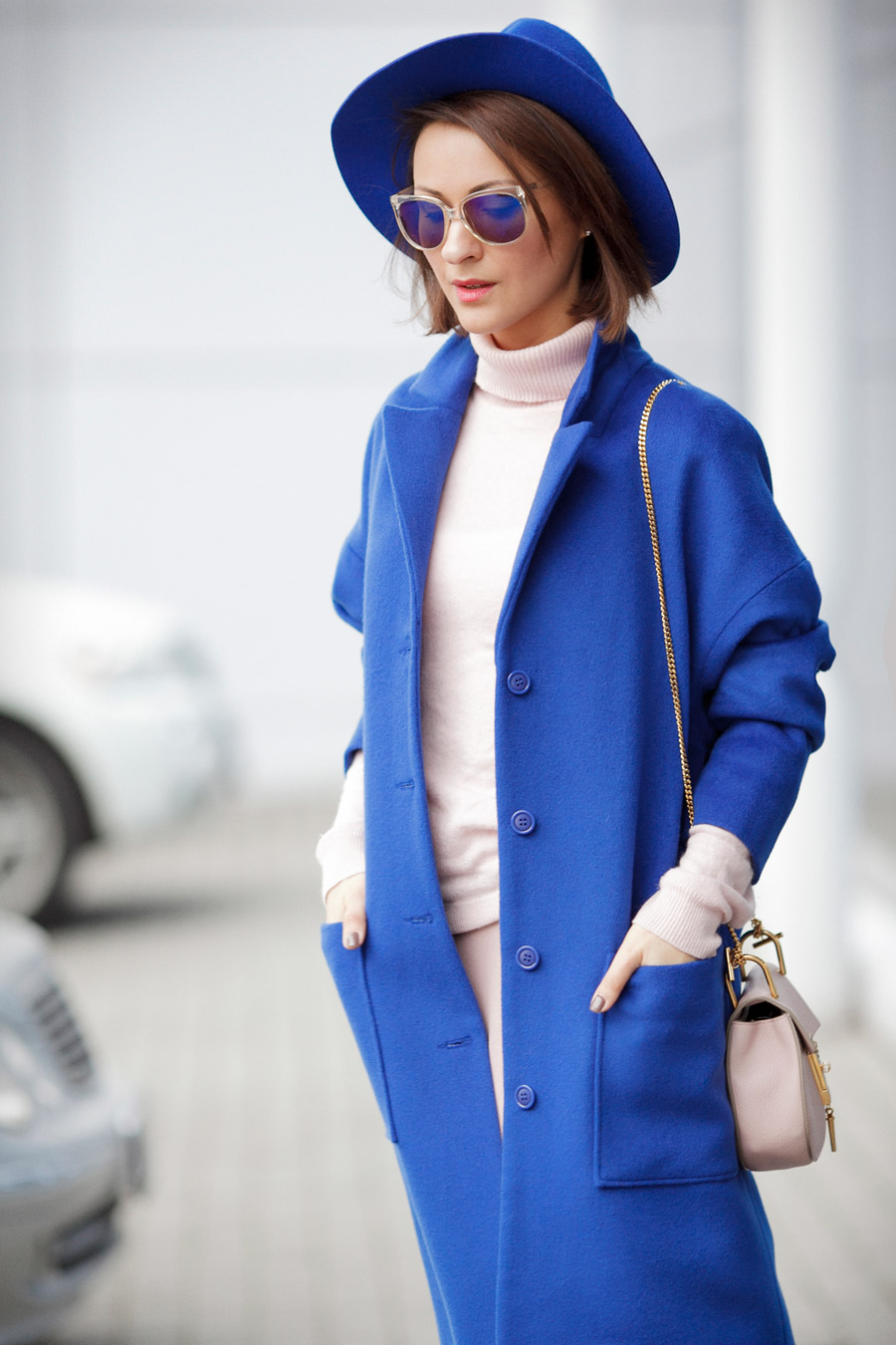 electric blue outfits, blue coat outfits, how to wear blue colors,