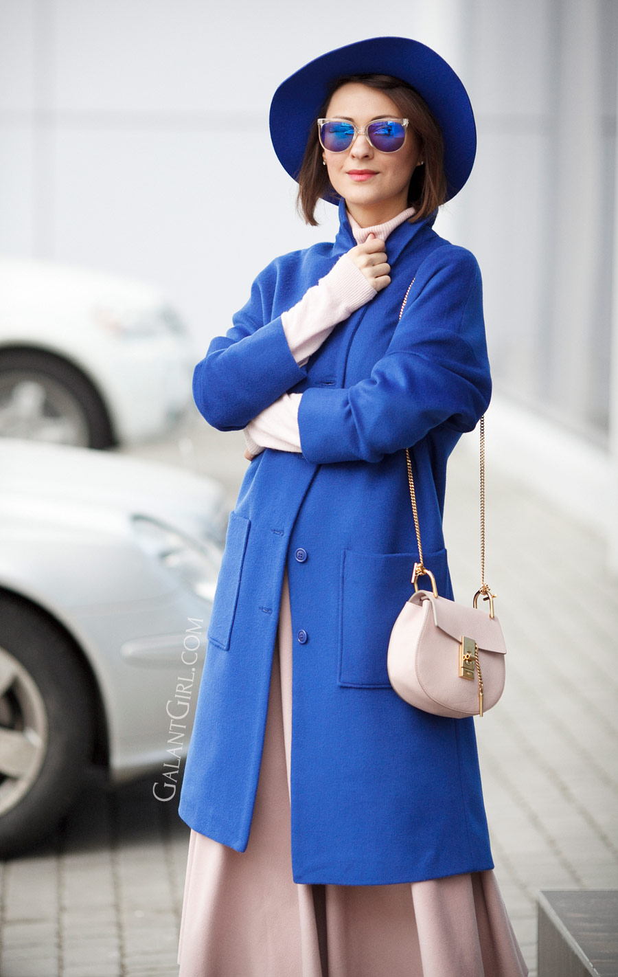 electric blue outfits, chloe drew bag outfits, how to wear blue, how to wear electric blue,