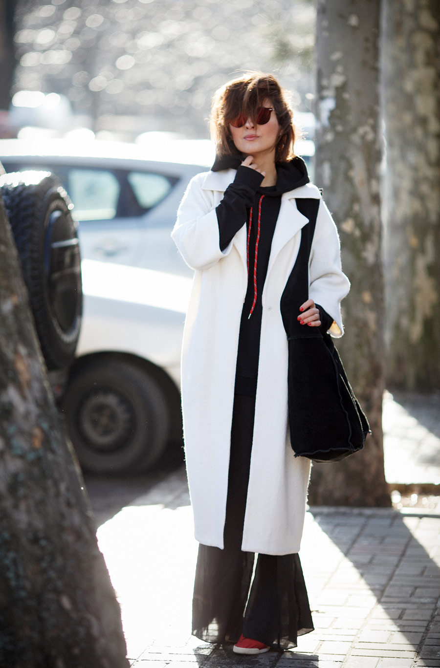 white coat outfit, sporty chic style outfit,