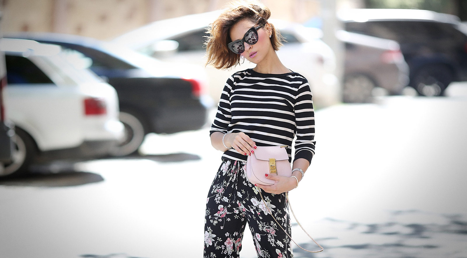 mixing prints summer outfits, summer playful outfits, mixing patterns, floral pants outfits, chloe drew bag outfits,
